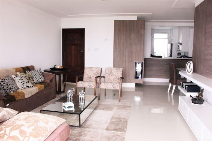 Sala ( com sofá cama) integrada com mesa de jantar e cozinha americana