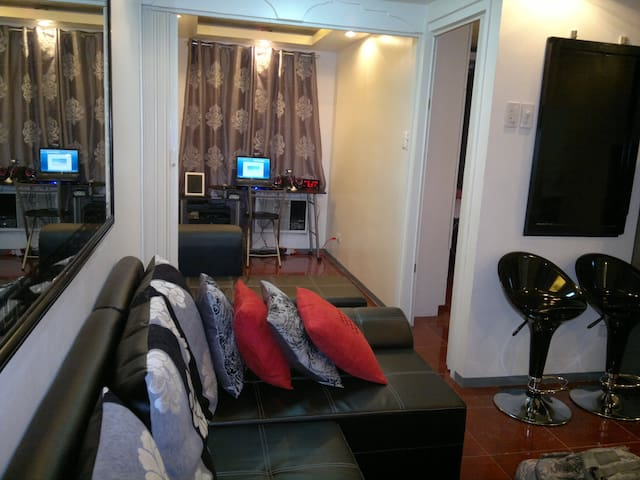 PROMO NICE CONDO CHIC COZY FURNISHED FAST INTERNET - Quezon City - Osakehuoneisto