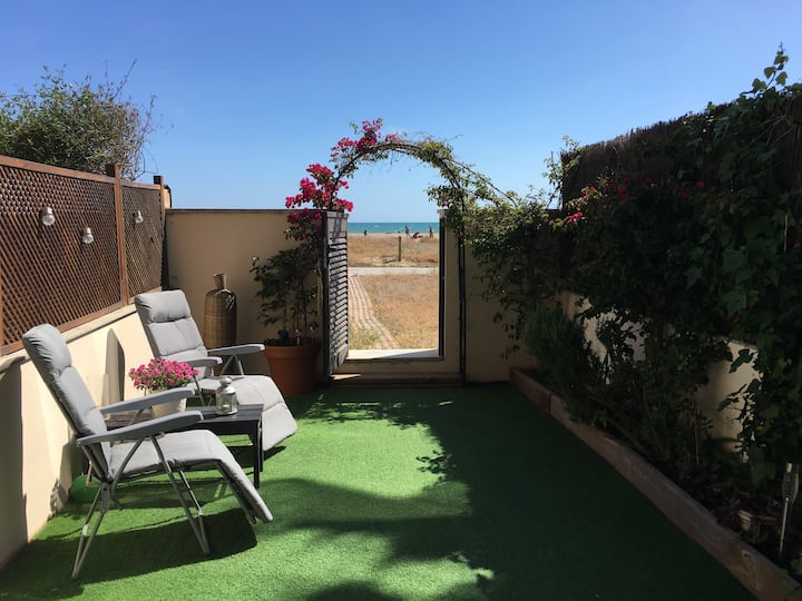 Private garden flat on the beach of Castelldefels