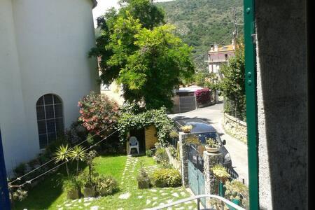 Stanza in casa con giardino a 10 min dal mare - Borgio - Ház