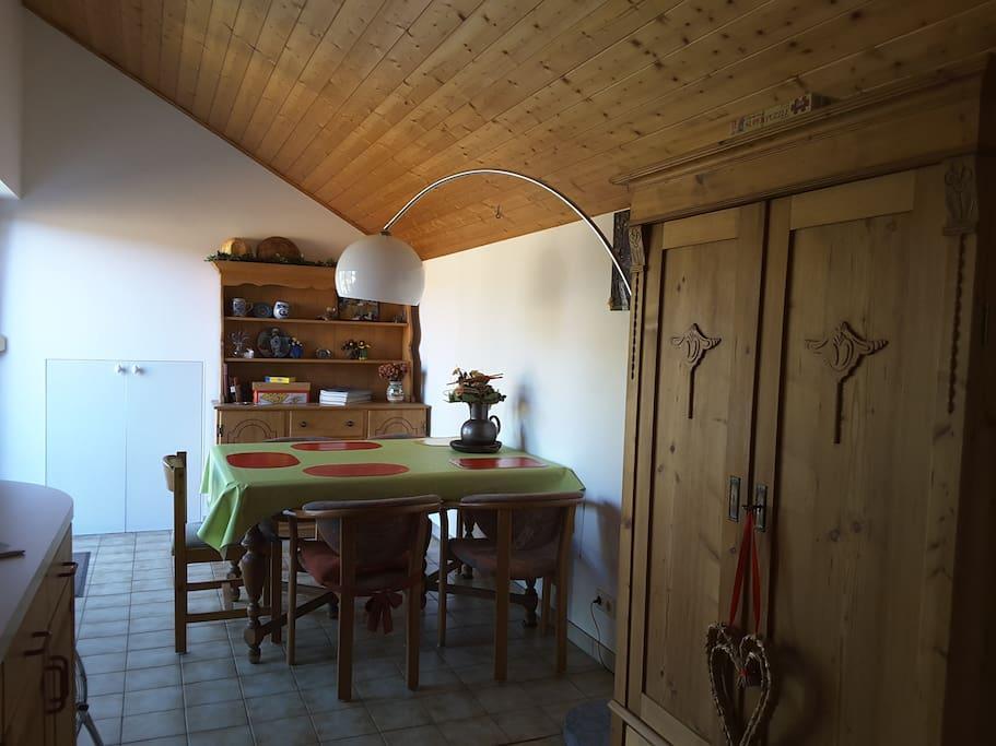 Esszimmer 5 bequeme Plätze mit Bauernschrank für extra Kleidung im Eingangsbereich