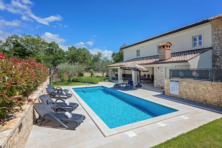 Luxurious Villa Lori with pool and jacuzzi