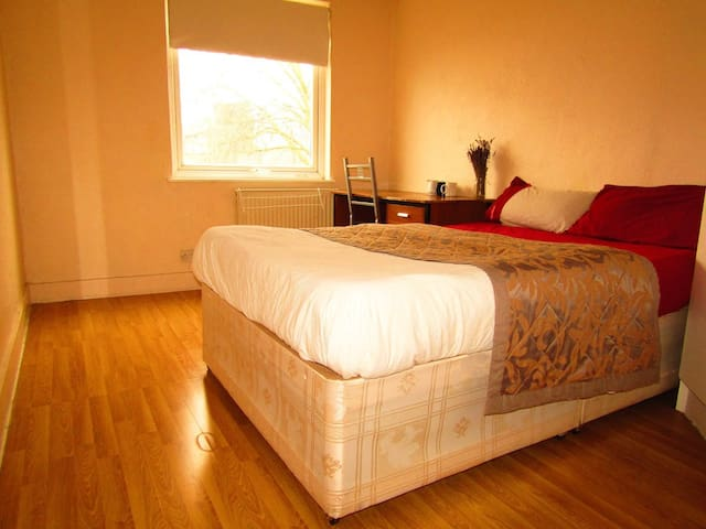 Comfy Quiet Double bed 15min to Westminster Zone 1 - London - Haus