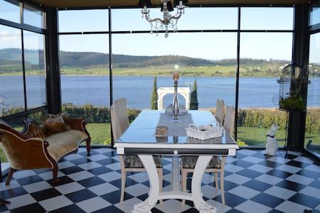 Beautiful apartment sleeps 6 with amazing views - Granton - Penzion (B&B)