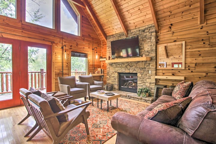 Pigeon Forge Resort Cabin w/Hot Tub & Pool Access!