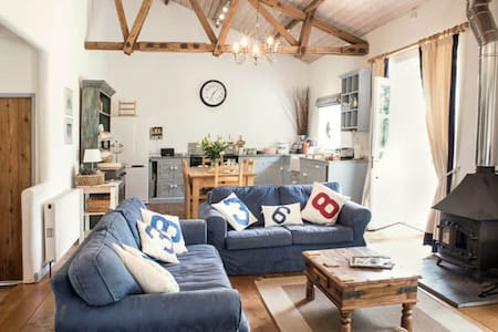 Superb detached Grade II listed barn conversion with hot tub & FREE membership to nearby Leisure Club - Near Sidmouth - House