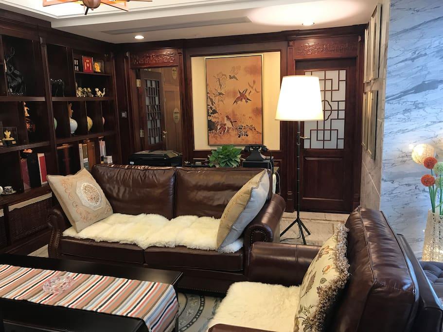 带书桌椅和沙发的客厅