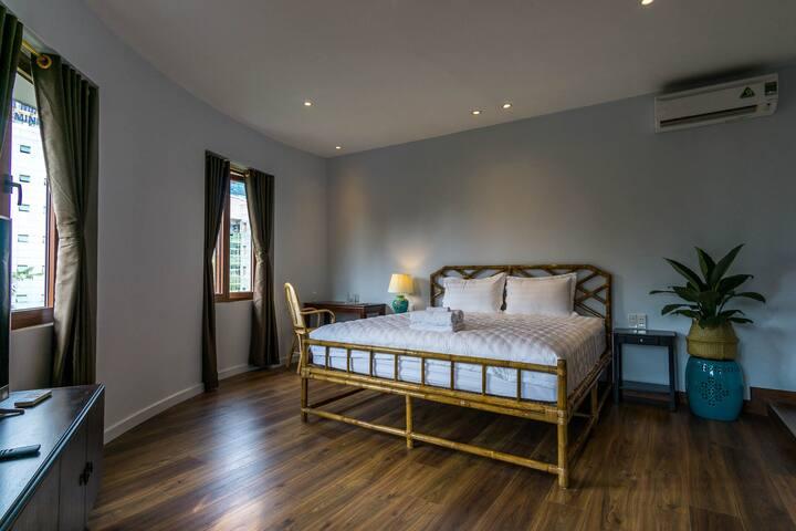 3-window bamboo-bed, center Dist 1 (en-suite bath)