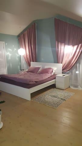 Комната для 4 гостей с отдельным душем и туалетом