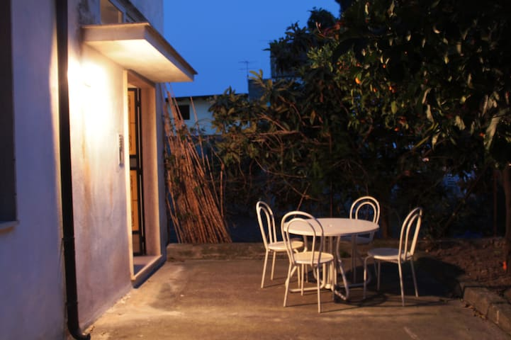 Appartamento in casa vacanza con vista su giardino - Locri - Casa