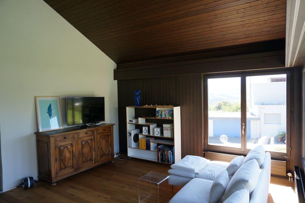 Gemütlicher Wohnbereich mit TV, Musikanlage, etc.