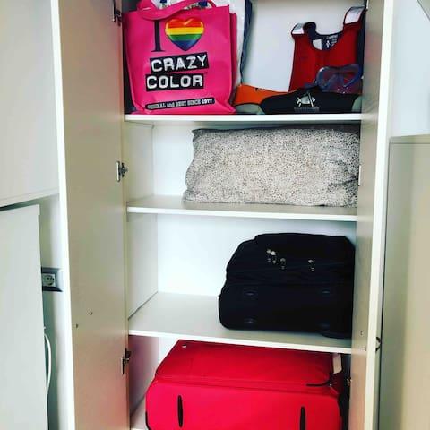 Ampio armadio a muro del piano terra: oltre al mobilio di servizio offriamo uno spazio dove conservare le valigie: nessuna valigia da schivare, ogni cosa al suo posto!