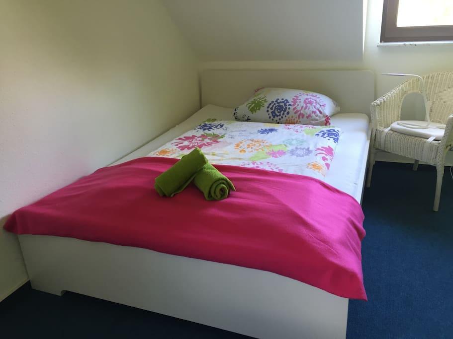 Das Bett ist nagelneu und hat eine Breite von 1,40 m.