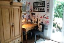 Chambre privée avec petite salle de bain attenante et accès direct terrasse. Coin bureau avec imprimante-scanner à disposition.
