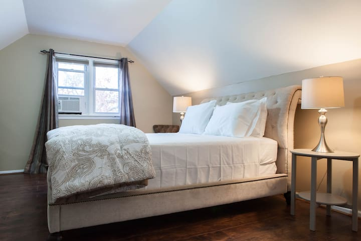 Bright Comfy Quiet Room Just 6 Mins from JFK! - Queens - Huis