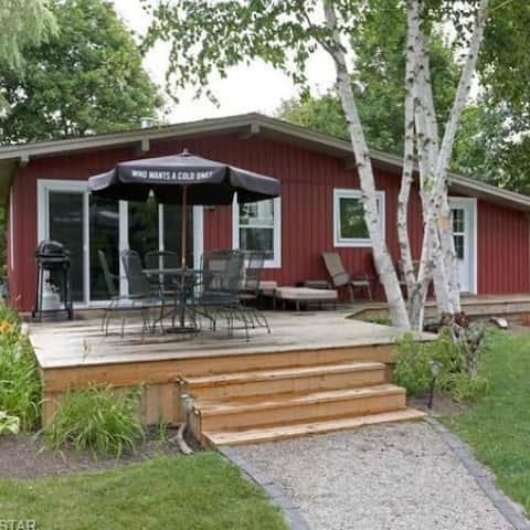 4 bedroom lakefront 5 minutes north of Grand Bend