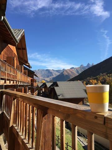 Été / Grand balcon orienté plein sud, avec vue sur les montagnes et les aiguilles d'Arves. Vous êtes à 1600 mètres d'altitude :)