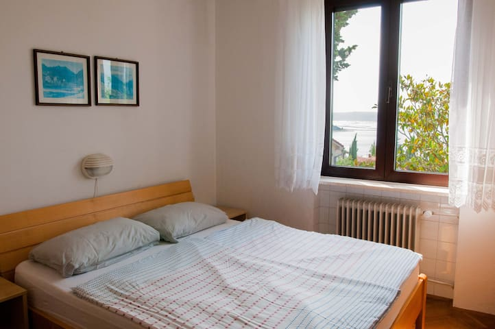 Double bed bedroom with a window view