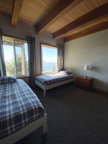 2nd bedroom 2 twins w/view