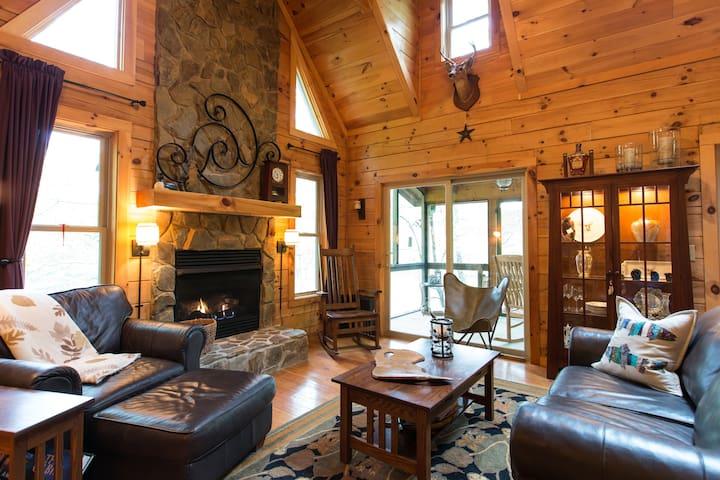 Beautiful Lakefront Log Cabin. 2 Bedrooms/Loft