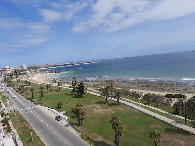 Stylish Sunny Beachfront Apartment - Amazing Views