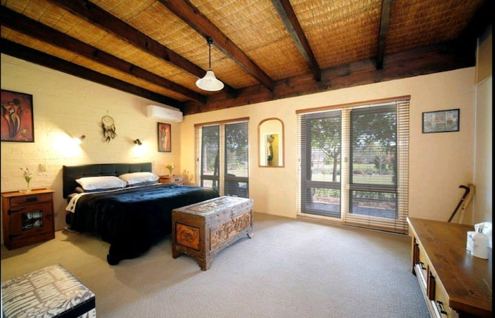 Country Villa  W/ Fireplace & Pool Beaches <10kms