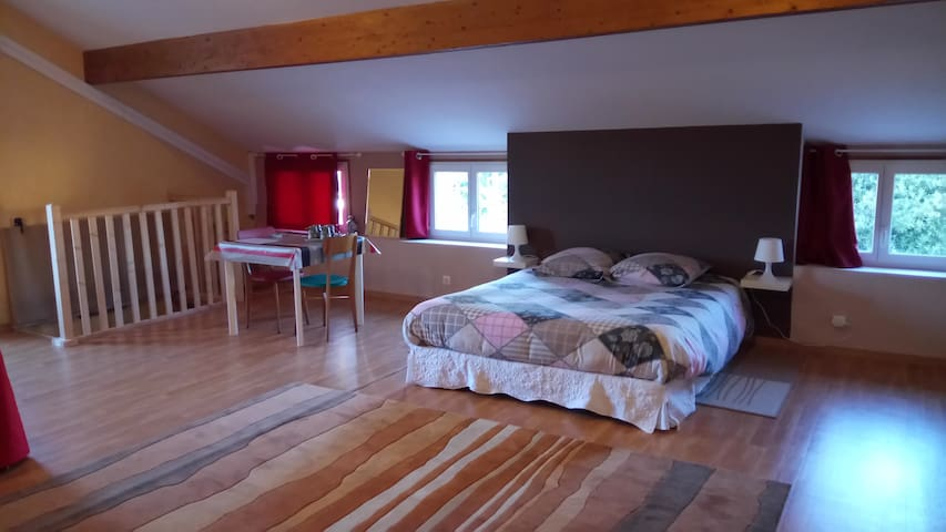 Large private bedroom (53m2) for 4 to 5 people - Le Creusot - House