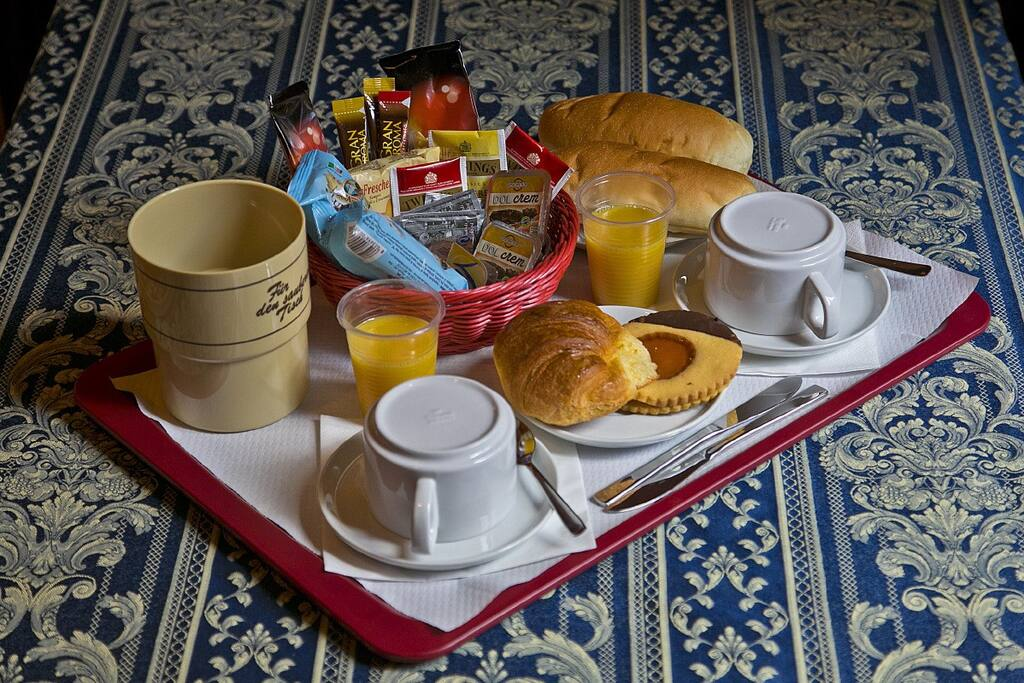 Camere spaziose (fino a 4 persone) con bagno privato. Tasse, servizio pulizia e colazione inclusi.