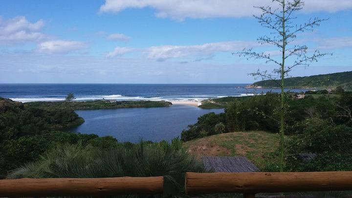 Praia do Rosa apto c/ cozinha americana frente mar