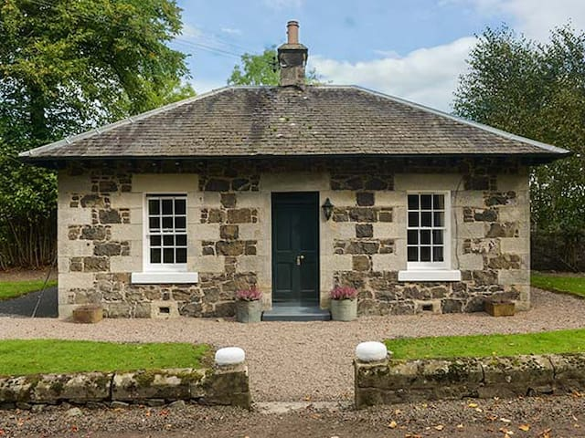 LODGE, romantic, luxury holiday cottage in Auchtermuchty, Ref 917991