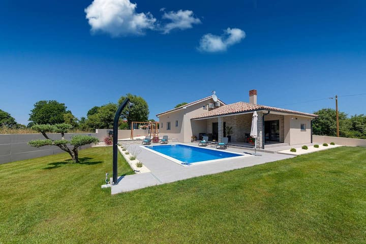 Newly built holiday home Villa Martina with pool