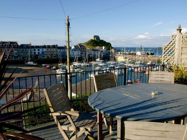 Beautiful Harbourside Cottage with Great Sea Views