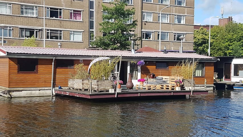 Cosy houseboat, incl. 2 bikes, waterbed & parking!