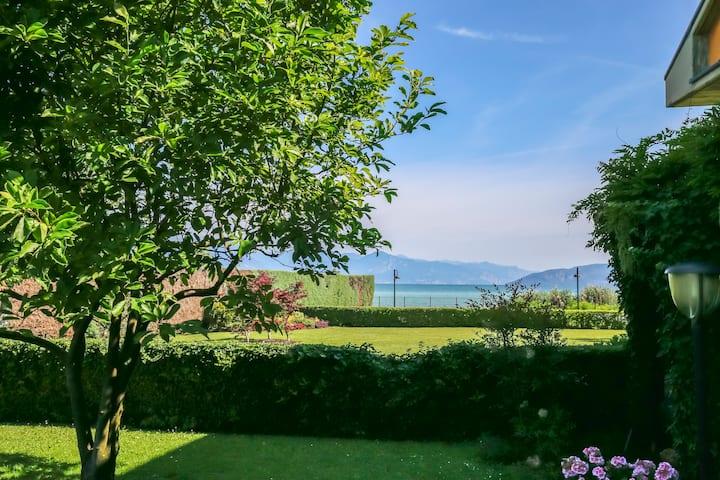 Giardino sul Garda, bilocale a lago con giardino