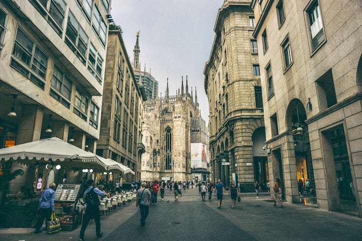 Duomo Cathedral in 1 minute top position of Milan
