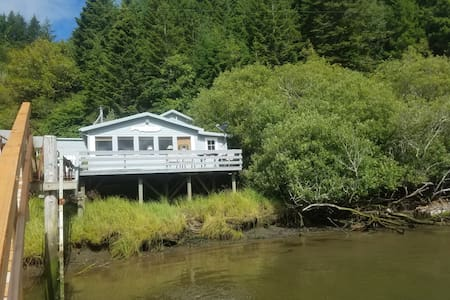 Bandon Cabin on Coquille River unobstructed views.