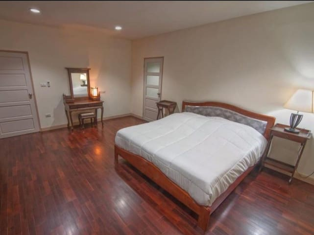 ห้องDeluxe เตียงใหญ่ ห้องกว้าง สะอาด มีสิ่งอำนวยความสะดวกครบ น้ำร้อน แอร์ ตู้เย็น ห้องแต่งตัว ห้องอาบน้ำ ราคา 1900 /1 คืน