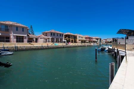 LUXURY HOUSE ON CANAL  + 2 SPA BATHS 200m to beach