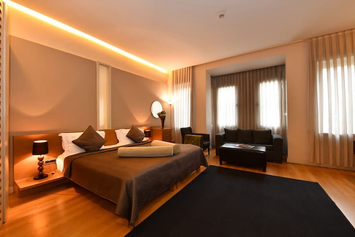 Superior Suite in the Heart of the City 2