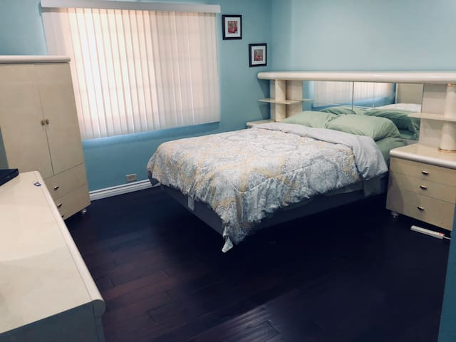 Large spacious room, close to Downtown