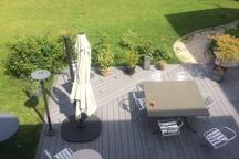 Vue sur la terrasse de votre salle de bain, vous pourrez y prendre votre petit déjeuner