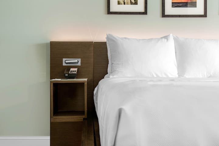 The Wyndham Newport, 1 King Bed