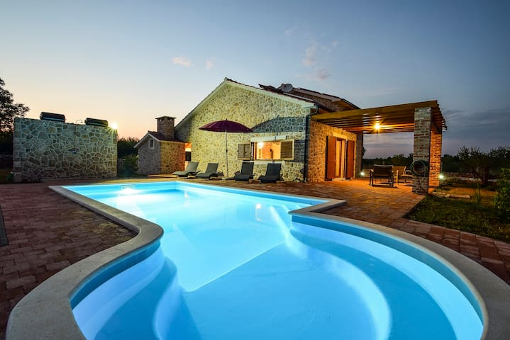 Nice stone house with swimming pool - Vodice