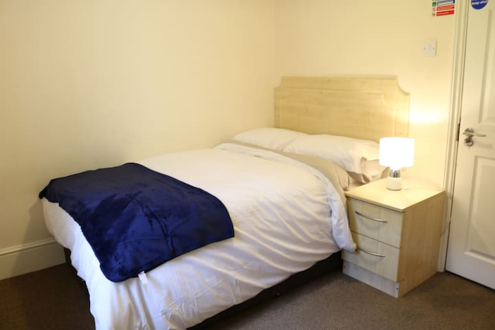 Bright Double Room 6 - Guildford Town Centre