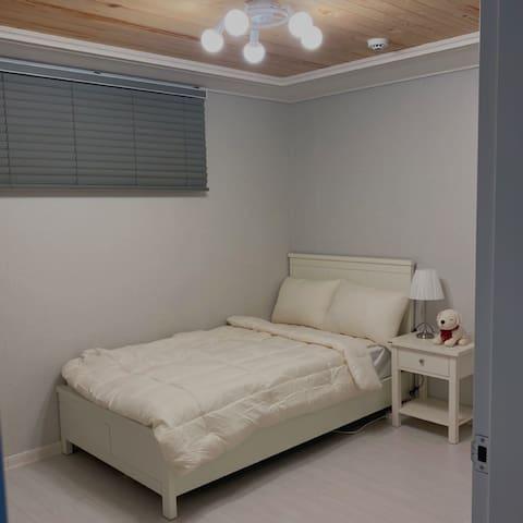 이 공간 역시 화이트 톤으로 꾸민 침실이에요.  방 자체에서 풍겨오는 분위기가 깔끔하고 인형으로 아기자기한 분위기를 만든 것이 포인트에요.
