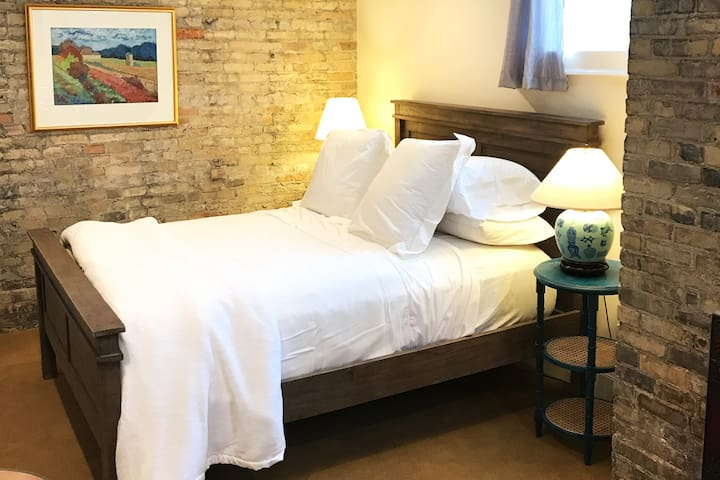 Suite in Historic Downtown Mansion - incl. Parking
