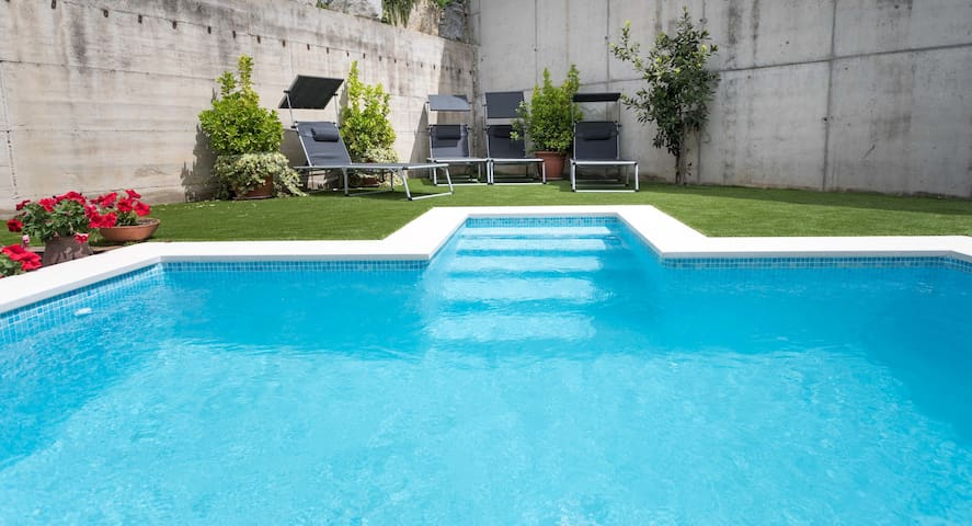 AZALEA  Private pool and garden, Barcelona 20 minutes by car.