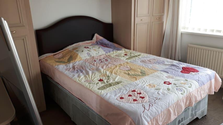 Double cozy bedroom near airport