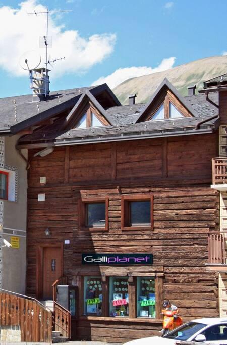 Casa vista dall'esterno.
