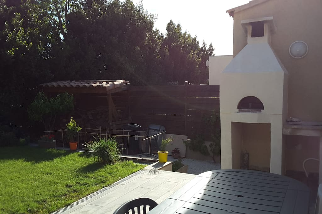Four a pizza et terrasse avec barbecue